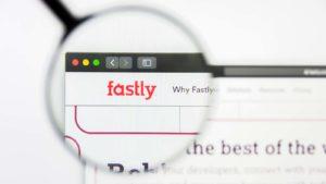 Une loupe effectue un zoom avant sur le site Web Fastly (FSLY).