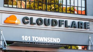 Gros plan du logo Cloudflare (NET) au siège social de l'entreprise en Californie.