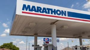 Carport de la station-service Marathon Oil (MRO) aux beaux jours avec fond de ciel bleu