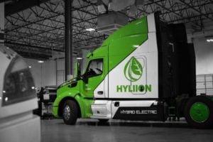 Photo du tracteur Hyliion à l'intérieur de la baie de service
