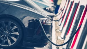 Station de recharge de voitures électriques Photo en gros plan.  Chargement des batteries rechargeables du véhicule.  L'avenir des transports.