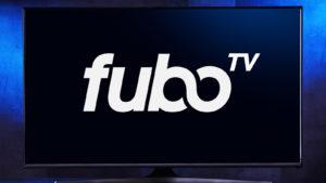 Téléviseur à écran plat affichant le logo de FuboTV, un service de télévision en streaming américain qui se concentre principalement sur les chaînes qui diffusent des sports en direct