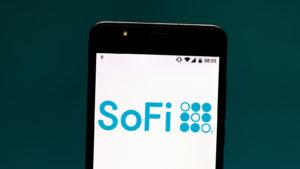 le logo Social Finance (SoFi) est affiché sur un smartphone.