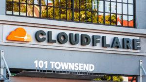 Şirketin merkezindeki Cloudflare logosunun yakından görünümü