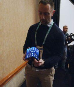 Matt McCall tenant un smartphone pliable
