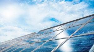 Penny stocks solaires : un gros plan d'une ferme de cellules solaires