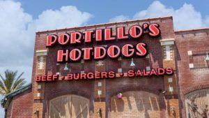 L'avant d'un restaurant de hot-dogs Portillo's (PTLO) à Riverside, en Californie.